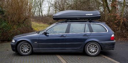 foto van dakdragers op een BMW